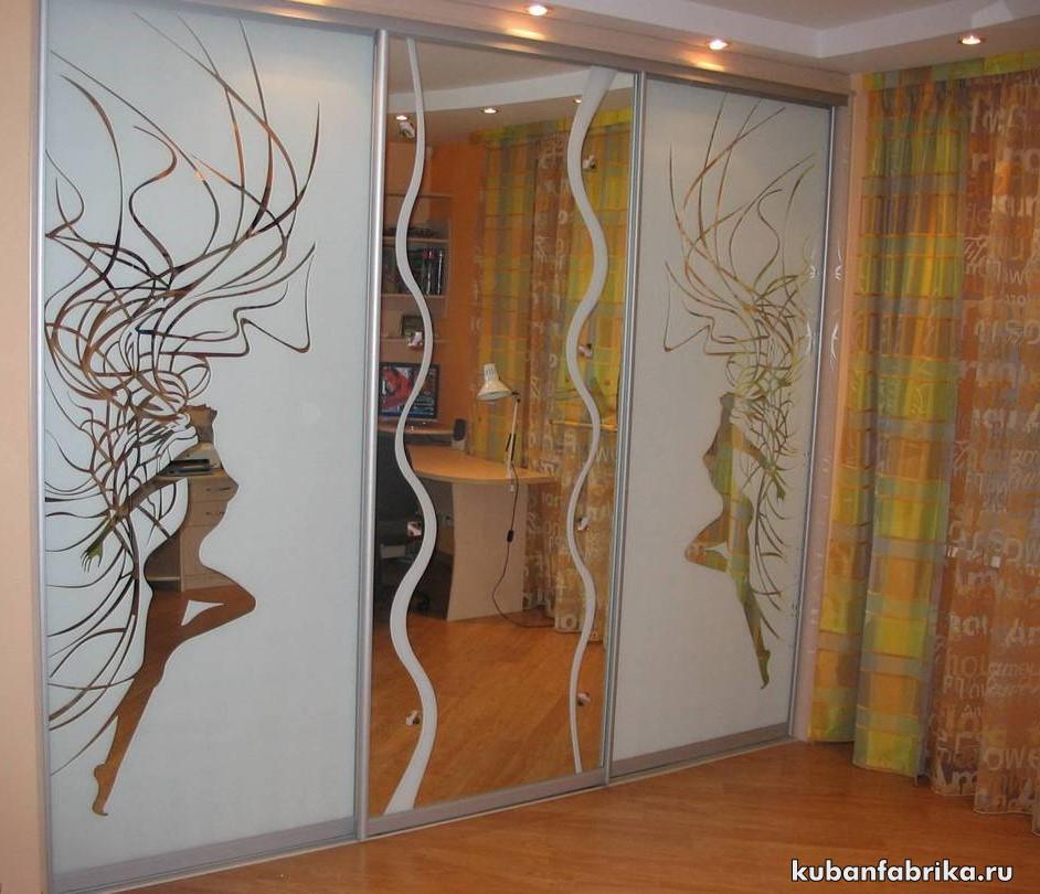 шкаф купе с рисунком и зеркалом